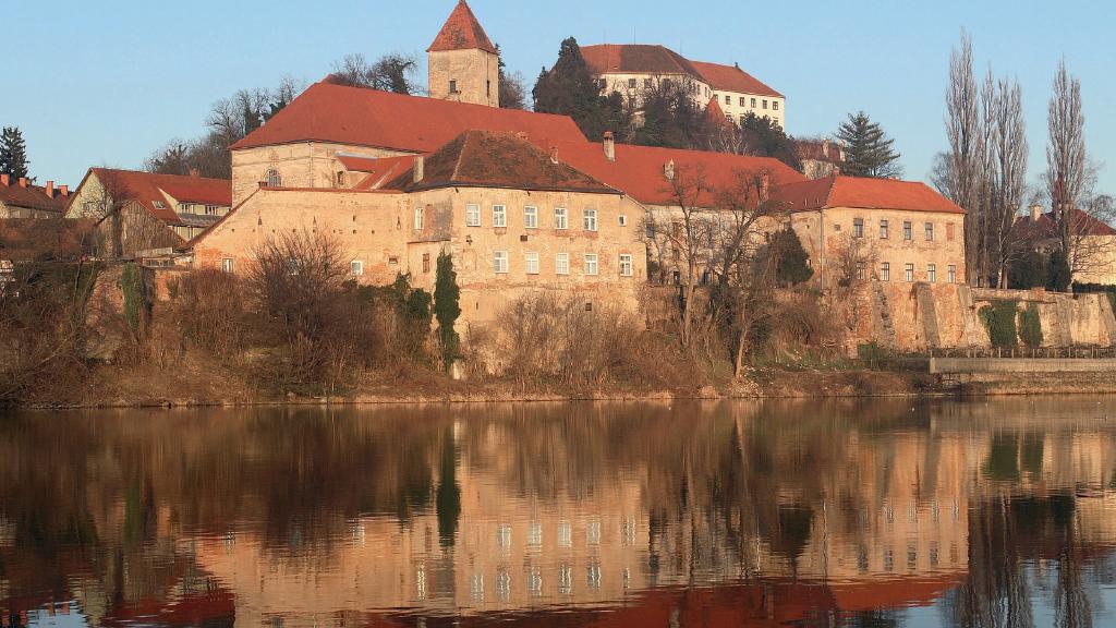 Pogled z Drave na Dominikanski samostan